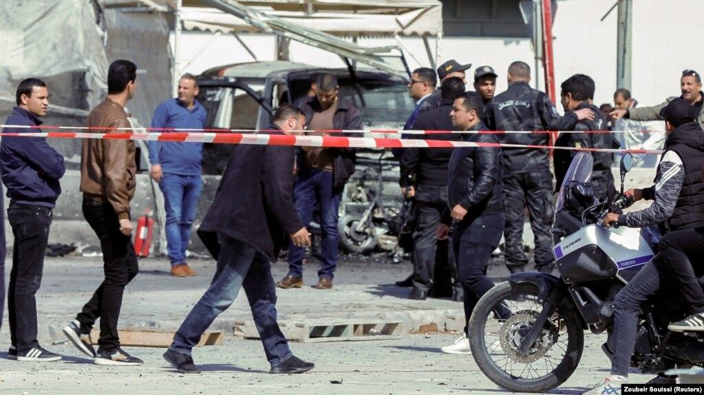 Polisi dan petugas tanggap darurat di lokasi ledakan dekat kedutaan besar AS di Tunis, Tunisia. Foto: Reuters/Zoubeir Souissi.
