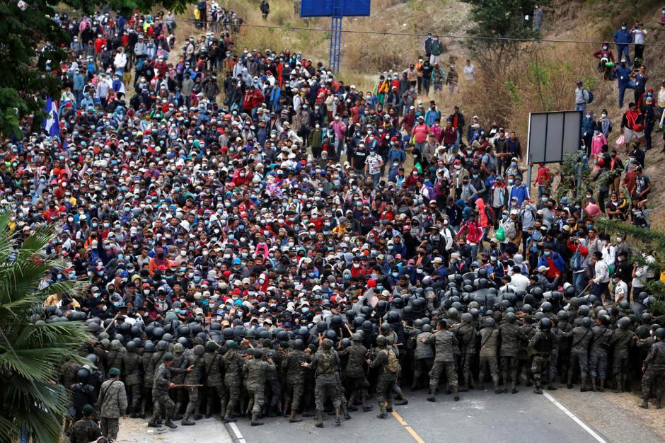 Warga Honduras bentrok dengan tentara Guatemala saat mereka mencoba menyeberang ke wilayah Guatemala, di Vado Hondo, Guatemala. Foto: REUTERS/Luis Echeverria.