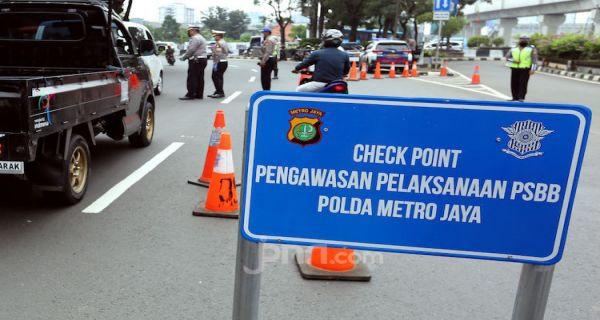 Langgar PSBB, 44 Warga Jaksel Bersih-bersih Jalan Raya