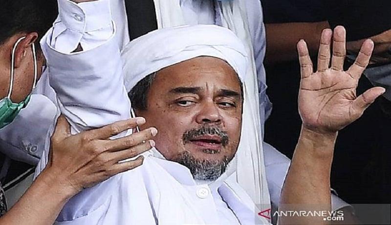 Habib Rizieq Shihab saat melambaikan tangannya. Foto: Antara.