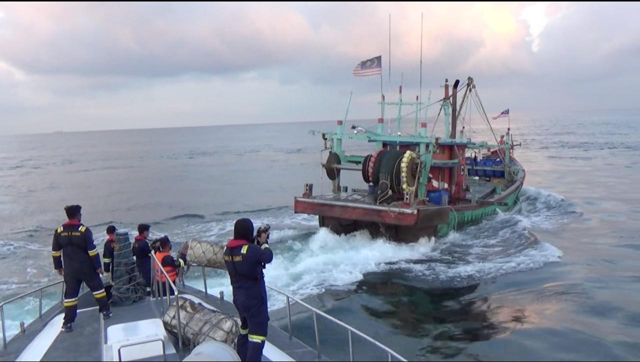 Sempat Kejar-kejaran, Indonesia Tangkap 2 Kapal Ilegal Malaysia