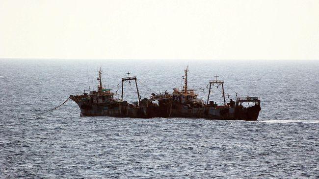 Ilustrasi-Kapal kargo yang dimiliki oleh perusahaan Turki tengah membawa eternit dari Spanyol ke Tobruk ketika dihujani tembakan dari udara, 21 km dari pelabuhan. Foto: Reuters/Edward L. Pruitt.