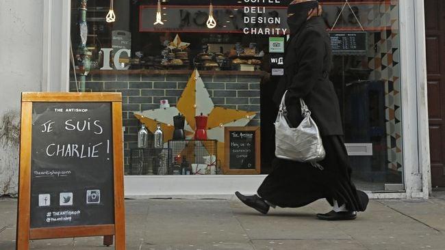Seorang wanita Muslim diserang, dibuka paksa jilbabnya dan dipukuli di London. Kasus ini adalah cerminan meningkatnya Islamofobia di Inggris. Foto: Reuters/Luke MacGregor.
