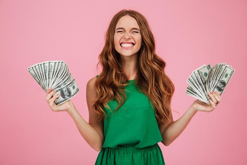 Ilustrasi-Orang memegang uang. Foto: Freepik.