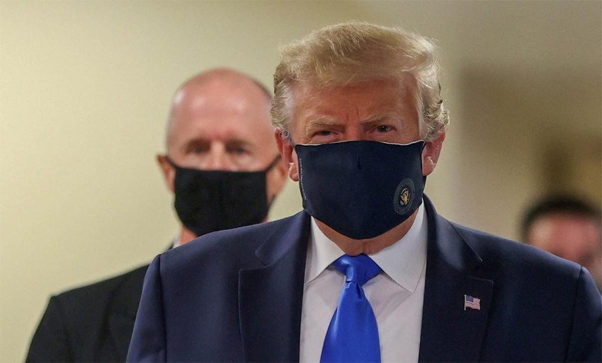 Presiden Amerika Serikat Donald Trump memakai masker saat berkunjung ke Walter Reed National Military Medical Center di Bethesda, Maryland, Sabtu (11/7/2020). Foto: REUTERS/Tasos Katopodis/foc/cfo/Antara