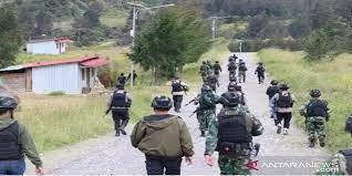 TNI dan Polri memburu KKB Papua. Foto: Antara.