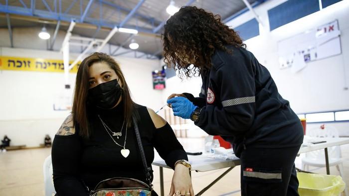 Warga Israel tengah disuntik vaksin Covid-19. Foto: Reuters.