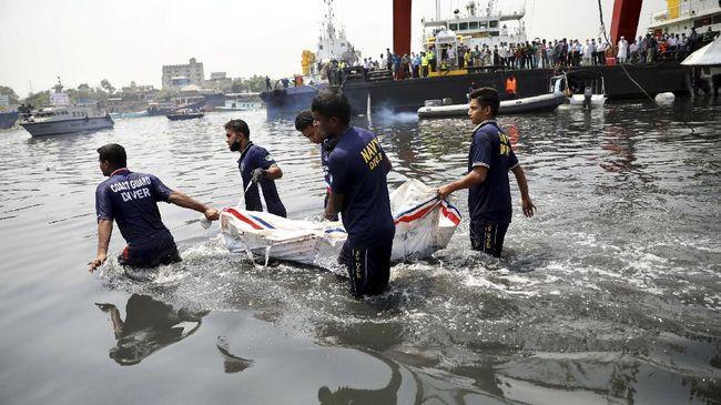 Kecelakaan kapal di Bangladesh. Foto: Mohammad Ponir Hossain/Reuters.