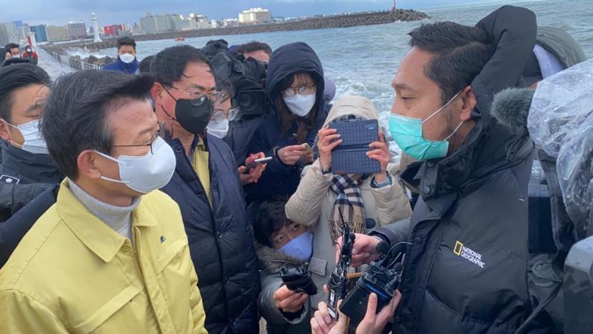 Ketua tim KBRI Puji Basuki berdiskusi dengan Menteri Kelautan dan Perikanan Korsel Moon Seong-hyeok di lokasi operasi SAR awak kapal ikan 32 Myongminho di Pulau Jeju, Korsel, Kamis (31/12/2020). Foto: KBRI Seoul.