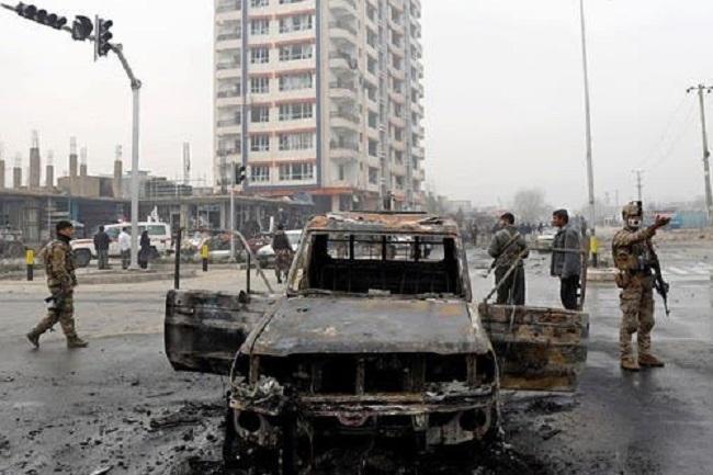 Ilustrasi-Pasukan keamanan Afghanistan melakukan inspeksi di lokasi ledakan di Kabul, Afghanistan. Foto: Reuters/ton.