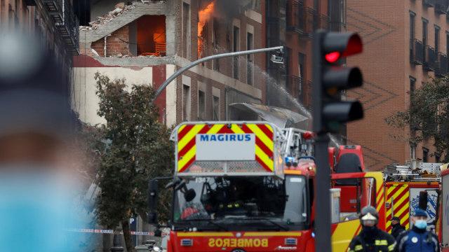 Petugas pemadam kebakaran berada di lokasi ledakan di pusat kota Madrid, Spanyol. Foto: Susana Vera/REUTERS.