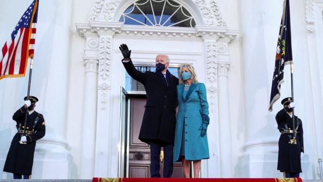 Presiden AS Joe Biden dan ibu negara Jill Biden berdiri di Portico Utara Gedung Putih, Washington, Amerika Serikat. Foto: Tom Brenner/REUTERS.