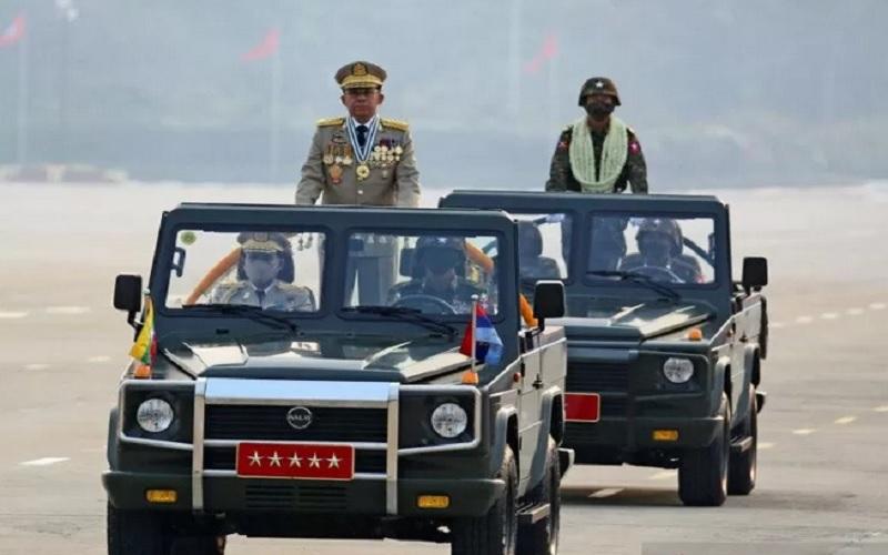 Komandan militer Myanmar, Jendral Min Aung Hlaing saat tengah di atas mobil. Foto: Reuters.
