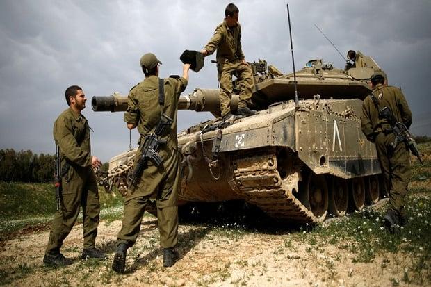 Para tentara Israel saat mengoperasikan tank tempur. Foto: Amir Cohen/Reuters.