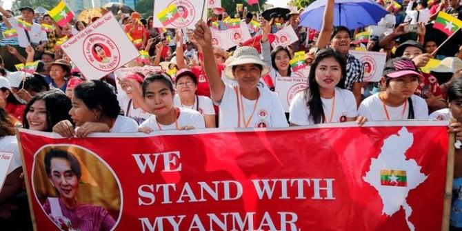 Warga Myanmar menggelar aksi unjuk rasa pasca kudeta militer Myanmar. Foto: Reuters/Athit Perawongmetha.