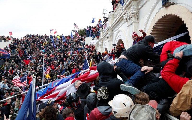 Kerusuhan terjadi di luar Gedung US Capitol di Washington, 6 Januari 2021. Foto: Reuters.