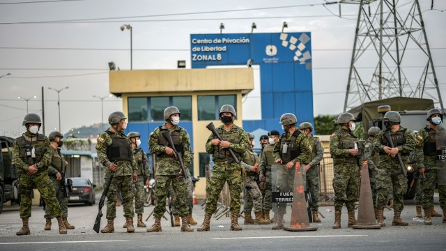 Petugas polisi sedang berjaga-jaga di salah satu penjara Ekuador. Foto: Reuters/Vicente Gaibor del Pino.