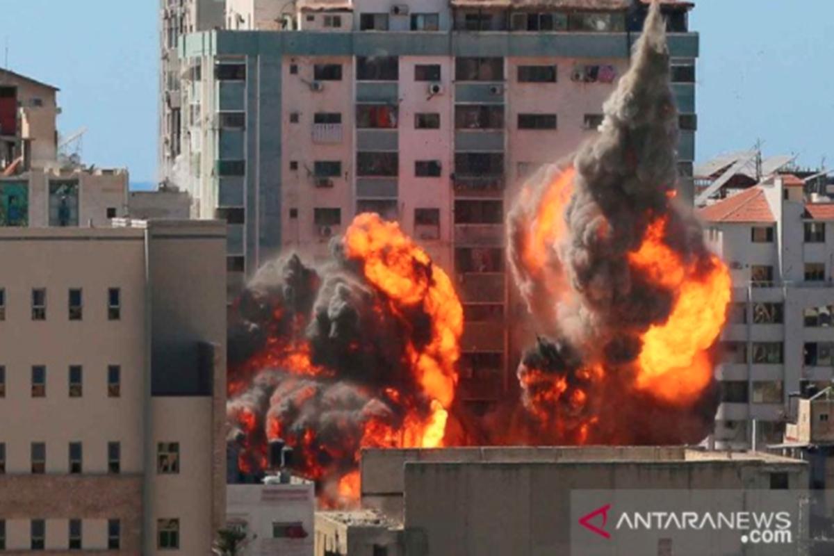 Gedung al-Jalaa, tempat kantor media Associated Press (AP) dan Al Jazeera berada, dilanda serangan udara Israel di Kota Gaza, Sabtu (15/5/2021) (foto: Antara Foto/Reuters/Ashraf Abu Amrah/rwa)