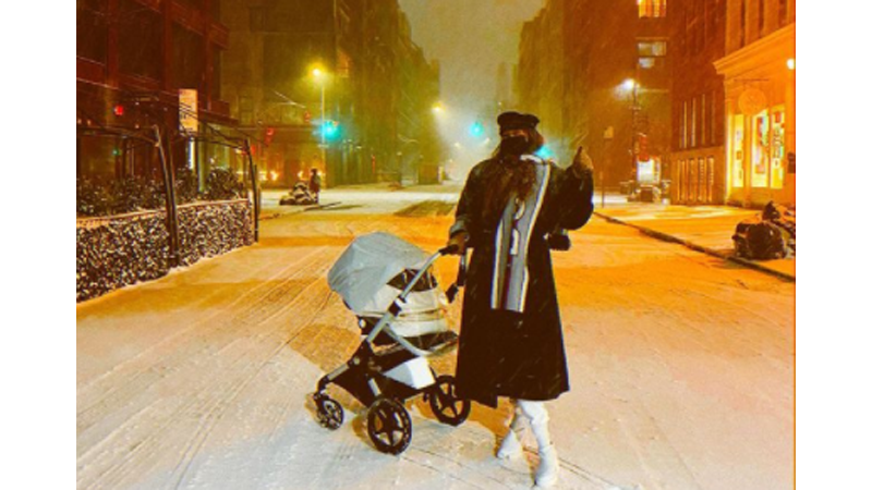 Gigi Hadid dan putrinya yang berusia 4 bulan (foto: SC IG @gigihadid)