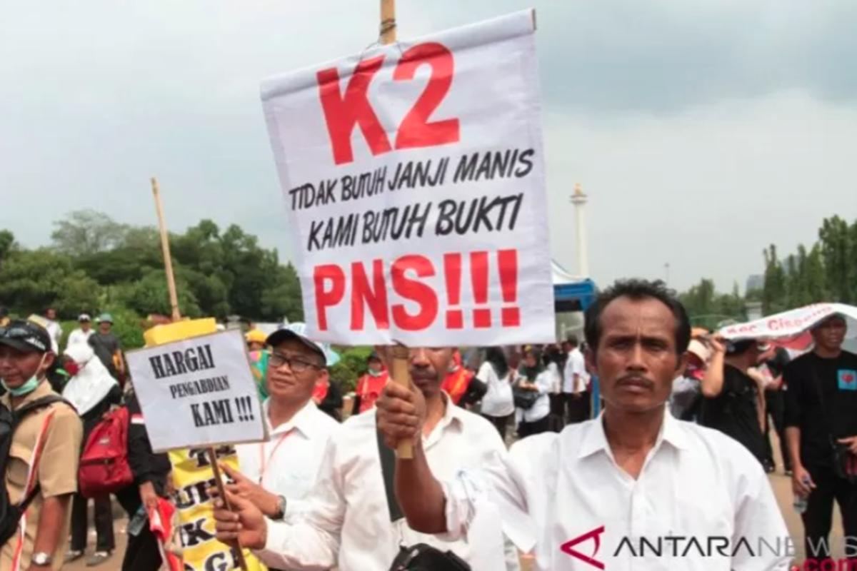 Honorer K2 se-Indonesia berunjuk rasa di depan Istana Merdeka, Jakarta, Selasa (30/10/2018). Mereka menginginkan semua honorer K2 menjadi PNS tanpa tes dan batasan usia (foto: Reno Esnir/Antara)
