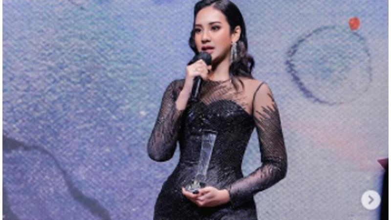 Anya Geraldine dengan award IFA 2021 (foto: SC IG @anyageraldine)