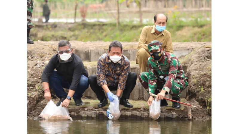 Menteri Kelautan dan Perikanan Sakti Wahyu Trenggono melepas bantuan bibit ikan secara simbolis, yang totalnya mencapai 7.500 ekor (foto: Dok KKP)