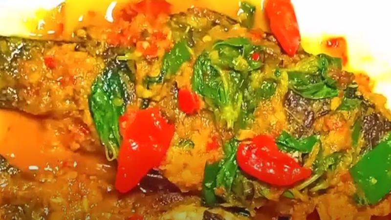 Ikan mas pesmol kemangi yang gurih, pedas, dan harum (foto: YouTube Dapur LUNA)