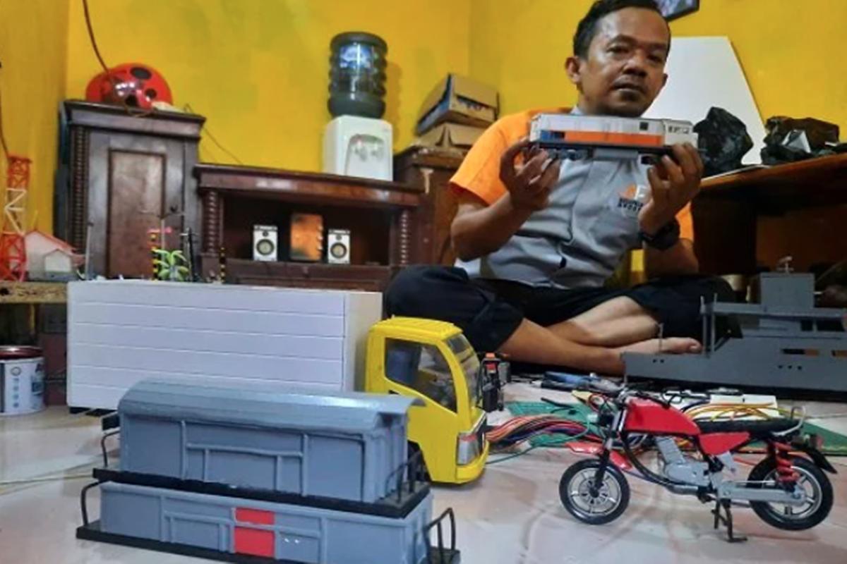 Jaelani dan miniatur moda transportasi yang dibuatnya (fot: Dede Nurhasanudin/Ayopurwakarta.com)