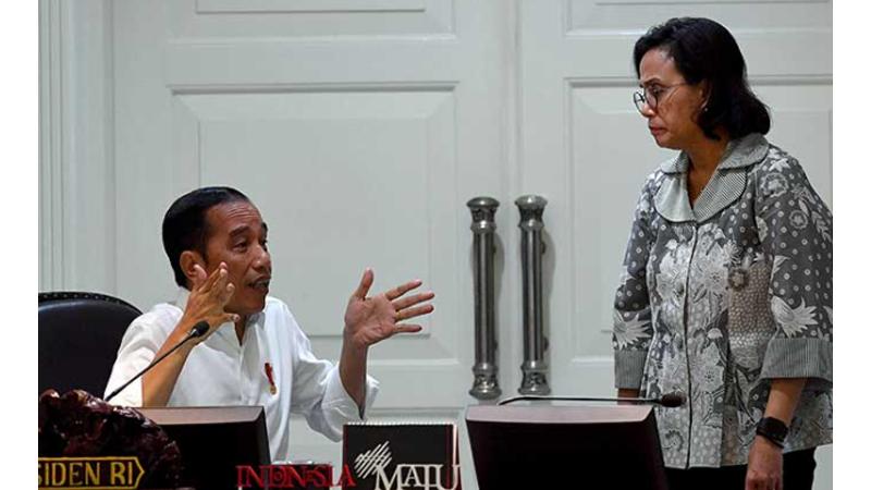 Presiden Jokowi (kiri) berbincang dengan Menteri Keuangan Sri Mulyani sebelum memimpin rapat terbatas di Kantor Presiden, Jakarta, 11 Maret 2020 (foto: Antara)