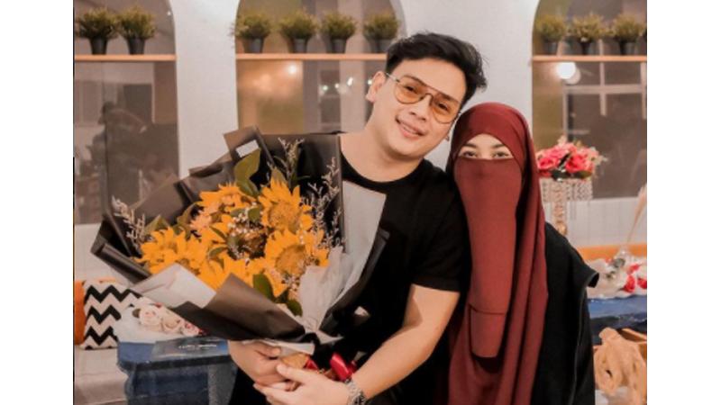 Diterpa Isu Poligami, Intip Foto Romantisnya Natta Reza dan Istri