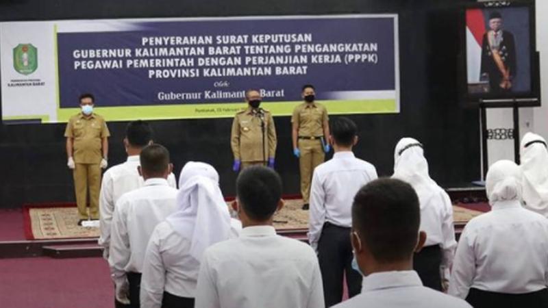 Gubernur Kalimantan Barat, Sutarmidji, menyerahkan Surat Keputusan Gubernur tentang Pengangkatan sebagai PPPK di lingkungan pemerintah pada 47 orang (foto: SC IG @adpim_provkalbar)