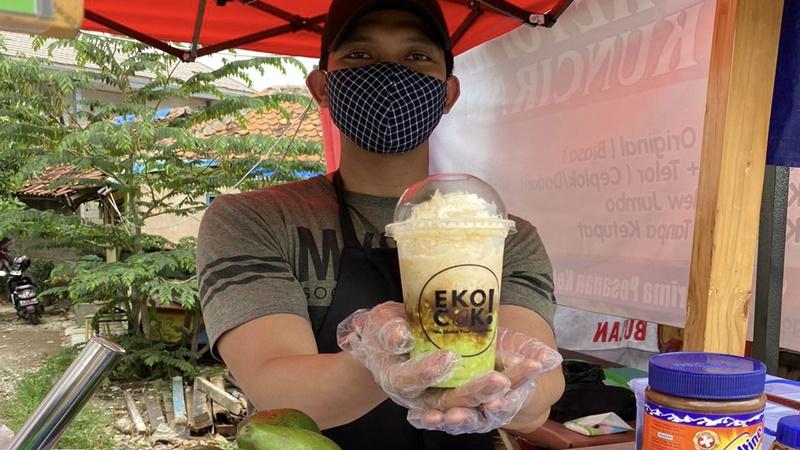 Eko Setiawan, owner Ekocop yang menjual minuman kekinian alpukat kocok (foto: SC IG @ekocokat)