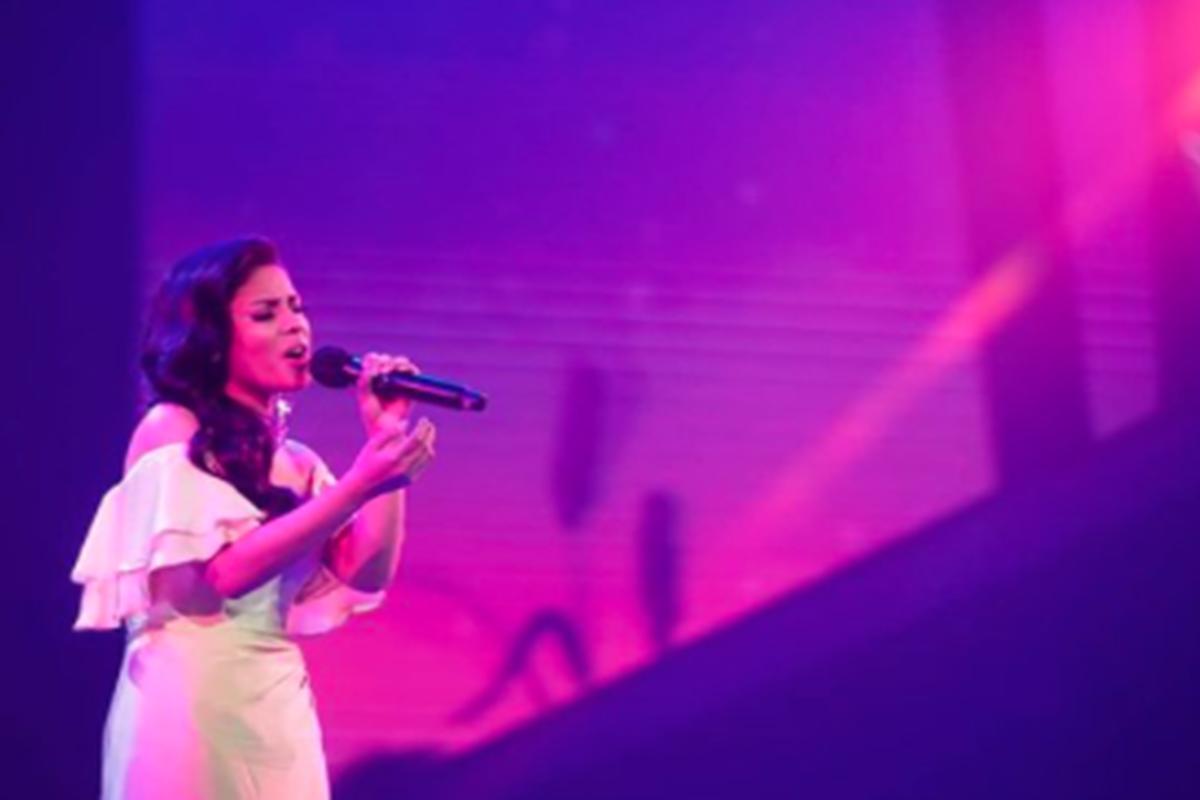 Rimar saat menyanyikan lagu kemenangan di Grand Final Indonesian Idol 2021, Senin, 19 April 2021 (foto: SC IG @indonesianidolid)