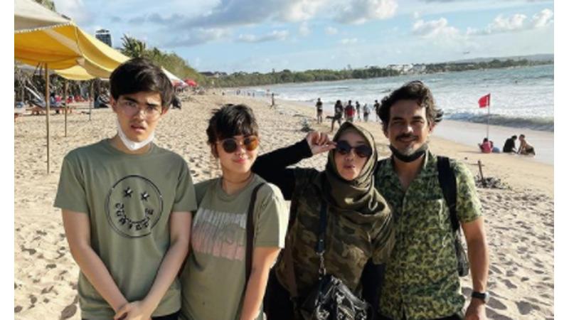 Foto kenangan Teddy Syah bersama Rina Gunawan dan dua anaknya (foto: SC IG @rinagunawan74)