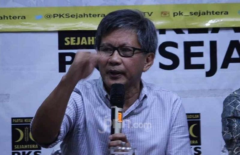 Karangan Bunga Berjejer untuk Munarman, Rocky Gerung Seret Jokowi