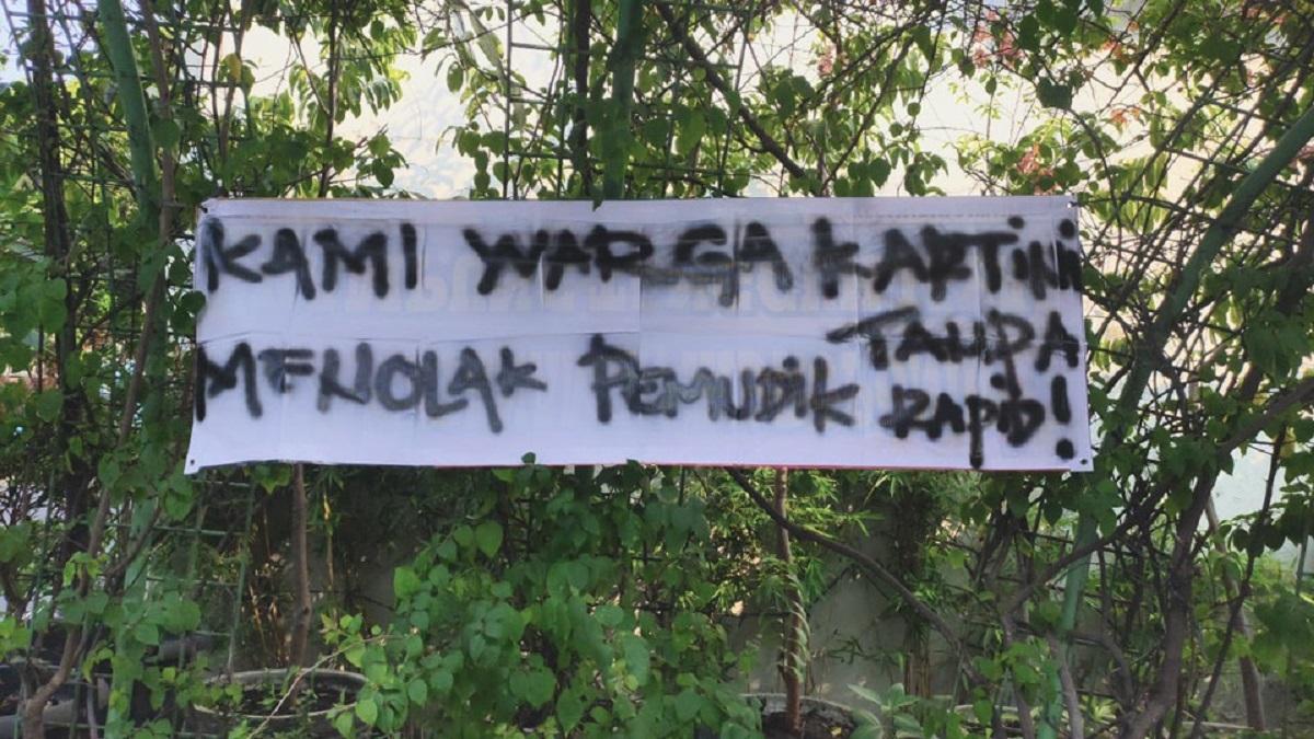 Viral! Pulang Mudik, Warga Ini Pasang Spanduk Peringatan! (foto: GENPI.co)