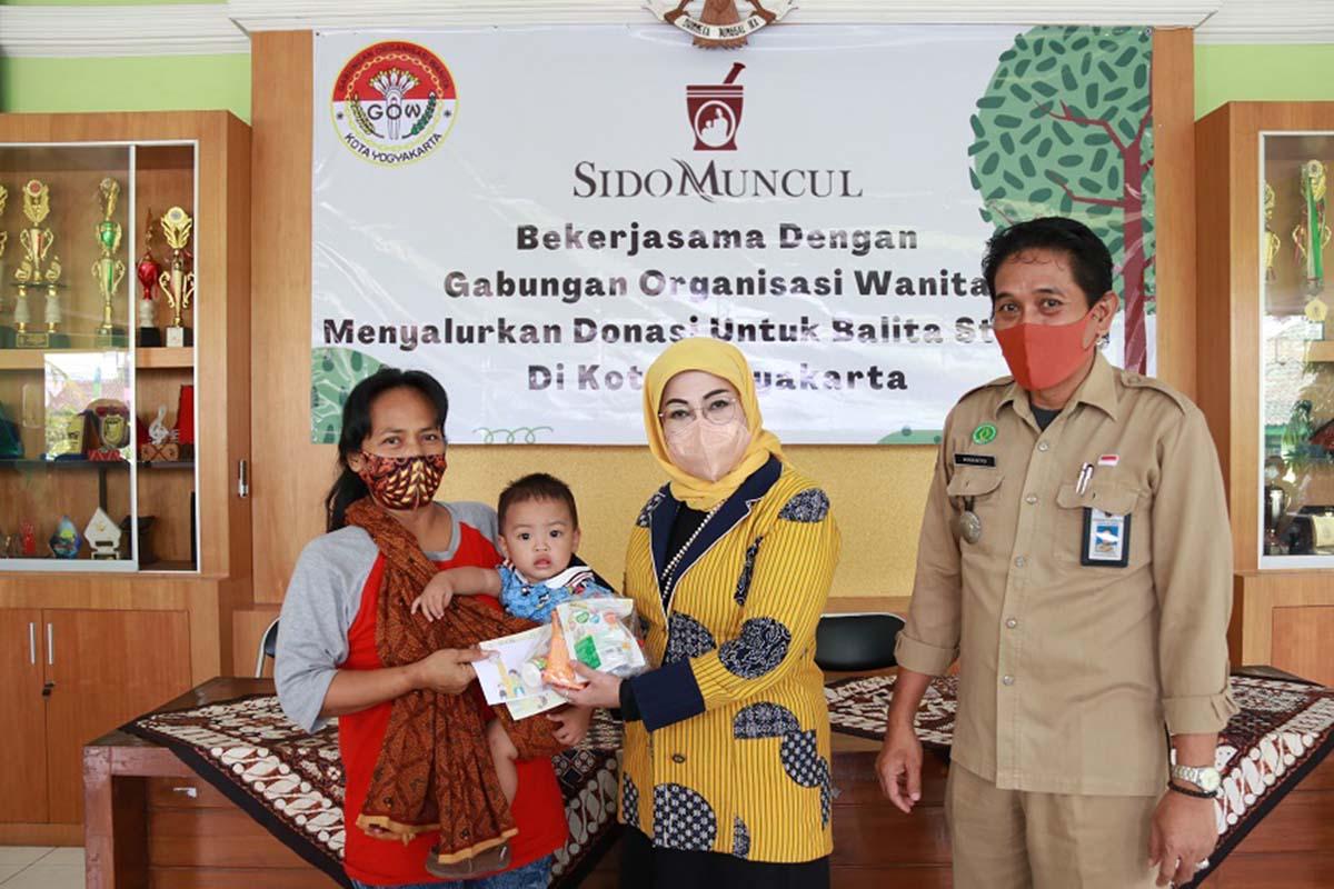 Gabungan Organisasi Wanita bekerja sama dengan Sidomuncul memberikan bantuan kepada anak stunting di Yogyakarta.(FOTO: Humas Pemkot Yogyakarta)