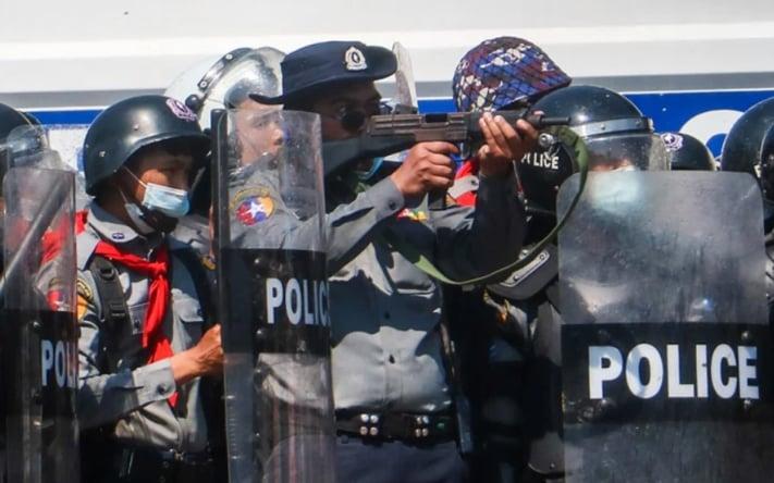 Polisi Myanmar membidik demonstran anti-kudeta militer di Yangoon. [Stringer/AFP]