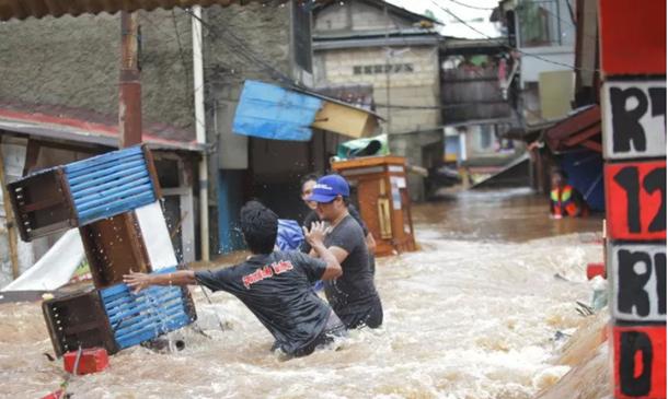 Ilustrasi - Warga melintasi banjir yang menggenangi Perumahan kawasan Jalan H. Ipin, Pondok Labu, Jakarta, Rabu (1/1/2020). ANTARA FOTO/Reno Esnir/foc.