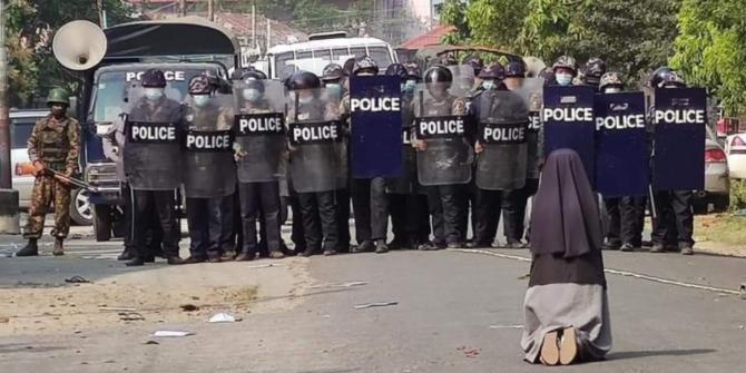 Biarawati Myanmar Bersimpuh di Depan Polisi, Fotonya Bikin Nangis