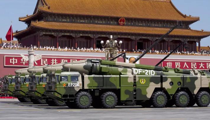 Militer China membawa rudal balistik DF-21D . Foto: REUTERS/Andy Wong/Pool
