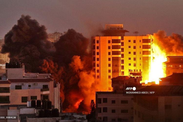 Asap mengepul dari gedung Hanadi di Gaza City, setelah serangan udara yang dilakukan Israel pada 11 Mei 2021.(AFP PHOTO/MOHAMMED ABED)