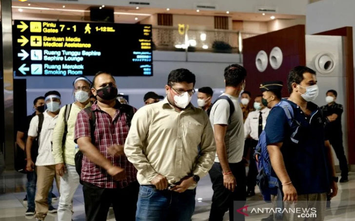 Sejumlah WN India menunggu proses pemulangan kembali ke negaranya di Bandara Internasional Soekarno-Hatta, Tangerang, Banten, Minggu (25/4/2021) . Foto: ANTARA/HO-Bidang TIKIM Ditjen Imigrasi Kemenkumham RI