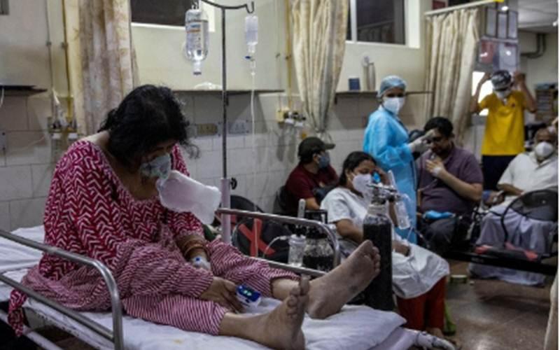 Sejumlah pasien Covid-19 dirawat di dalam bangsal yang penuh sesak di sebuah rumah sakit di New Delhi, India, Sabtu (1/5/2021)./Antara - Reuters/Danish Siddiqui