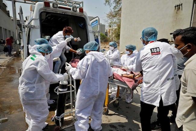 Seorang pasien dengan masalah pernapasan dibawa ke rumah sakit covid-19 untuk perawatan, di tengah pandemi penyakit virus korona (COVID-19), Ahmedabad, Indi. (ANTARA FOTO/REUTERS/Amit Dave)