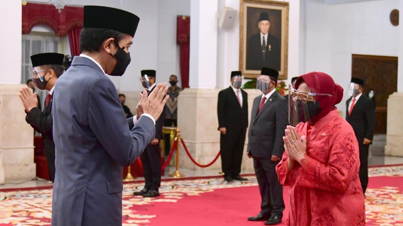Presiden Jokowi (kiri) memberi selamat kepada Tri Rismaharini usai melantiknya sebagai Menteri Sosial di Istana Negara, Jakarta. (Foto: Muchlis Jr - Biro Pers Sekretariat Presiden)