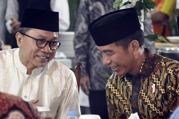 Presiden Joko Widodo (kanan) berbincang dengan Ketua MPR Zulkifli Hasan. Foto: ANTARA/Puspa Perwitasari .