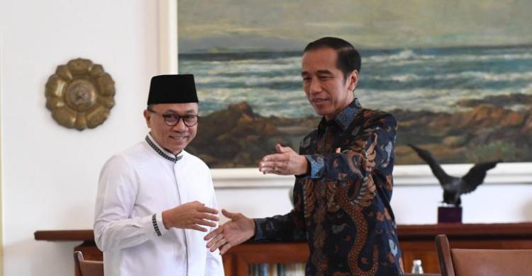 Ketua Umum PAN Zulkifli Hasan (kiri) bersama Presiden Jokowi (Foto: Antara/tss)