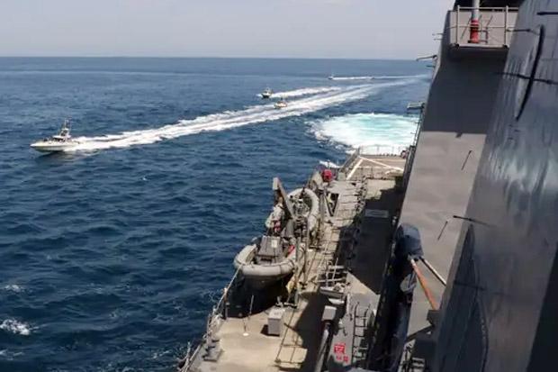 Kapal pasukan tanpa bayangan Iran mengganggu kapal penjaga pantai Amerika di Teluk Persia. Foto: Business Insider