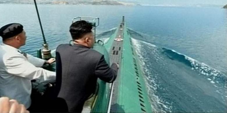Kim Jong Un berada di menara salah satu kapal selam Korea Utara. Foto ini ditampilkan stasiun televisi pemerintah Korea Utara. (KCNA/Sky News)